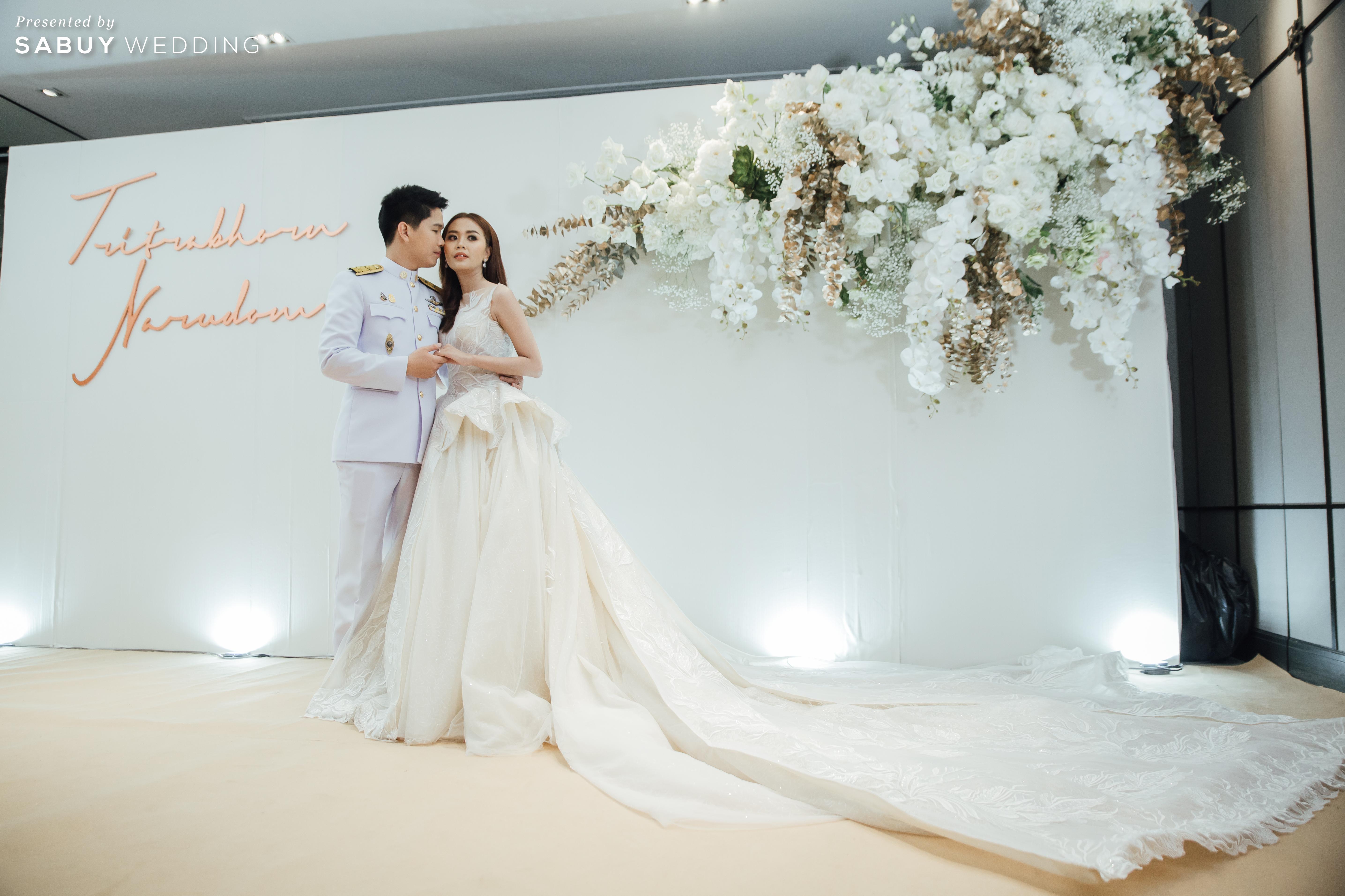 เจ้าบ่าว,เจ้าสาว,แต่งงาน,backdrop รีวิวงานแต่งริมน้ำสุดอบอุ่น สวยละมุนในโทนขาวเขียว @ Chatrium Hotel Riverside Bangkok
